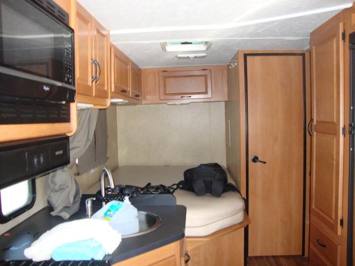 Interior do motorhome - cozinha e cama