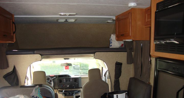 interior do motorhome - cama em cima da cabine