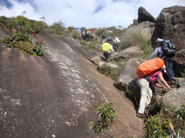 Subindo para o Pico dos Marins